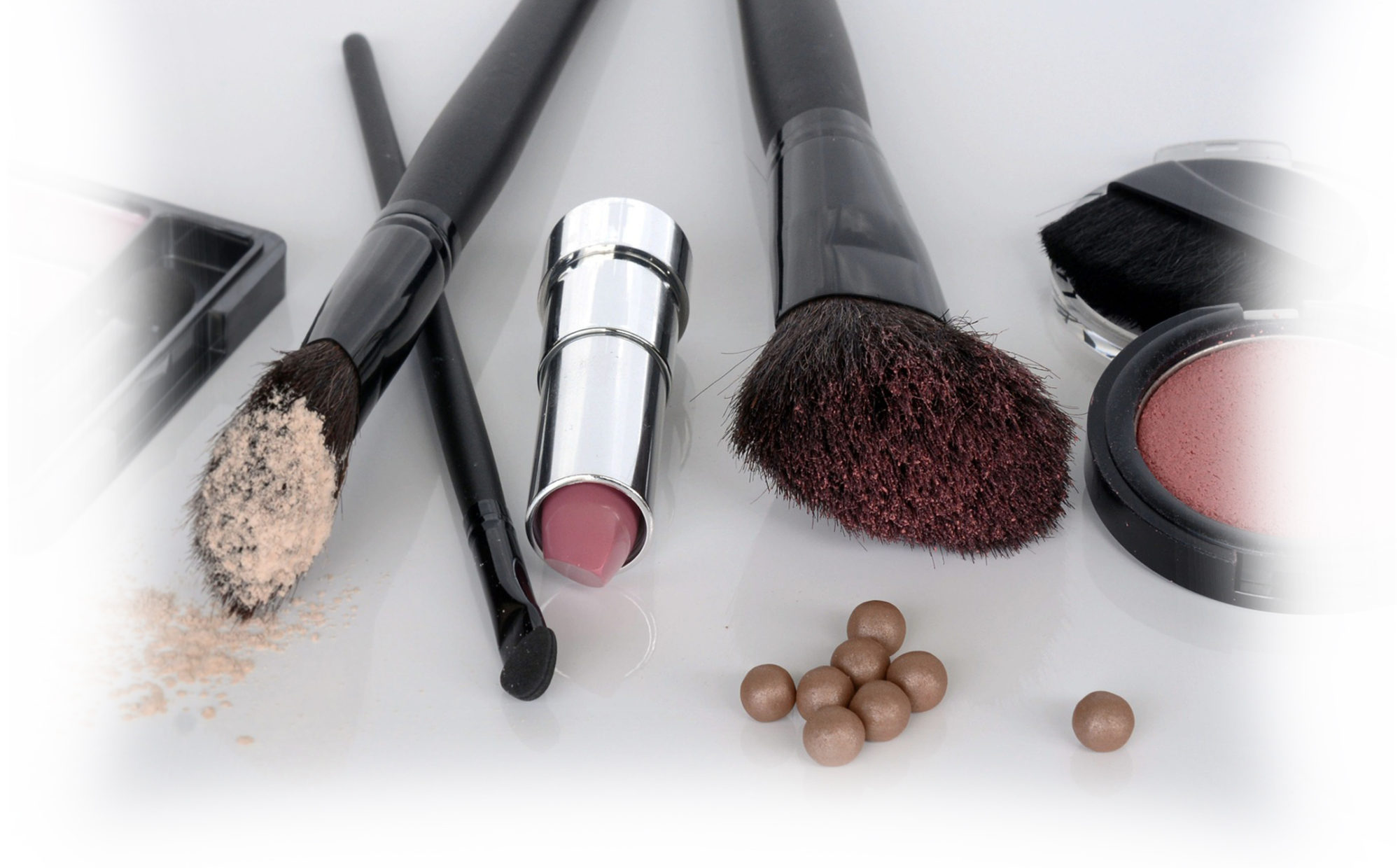cosmetics and brushes - Green Beauty Expert